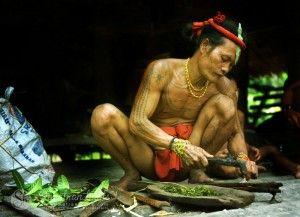 shaman-preparing-poison-arrows2_mentawai_siberut-island_sumatran-trails-001