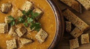 Köztudott, hogy a lencse milyen egészséges és mennyire könnyű elkészíteni. Ezért most bemutatunk egy gazdaságos és egyszerű receptet. Ez a vöröslencse leves kimondottan jó azoknak...
