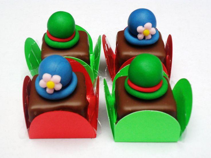 Palha italiana coberta com chocolate, com decoração de chapéu do patati e patatá em 3D , na forminha quadradinha. <br>Validade de 20 dias. <br>Pedido mínimo de 50 unidades.