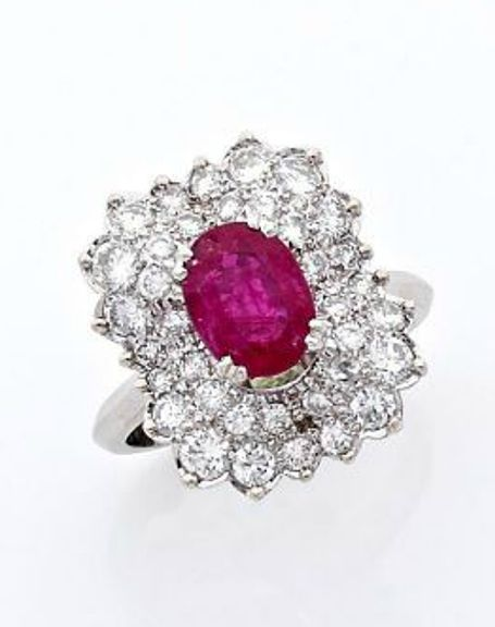 A RUBY, DIAMOND AND WHITE GOLD RING