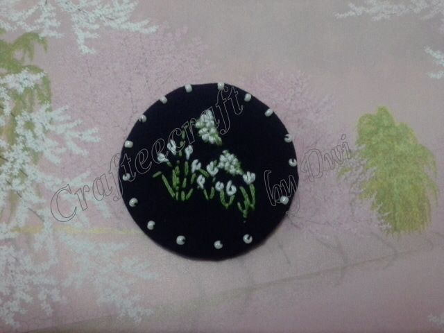 White flower embroidery brooch