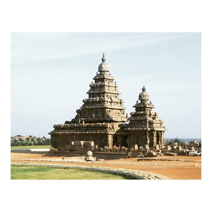 I am always amazed to discover the intricate #architectures of old #buildings. Were we smarter before ? Was it genius ? Why can't we do it anymore ? #temples #tamilnadudiaries #indianglobetrotterintamilnadu #hindu #hinduism #instatravel #travelgram #travel #traveller #travelblog #southindia #mahabalipuram