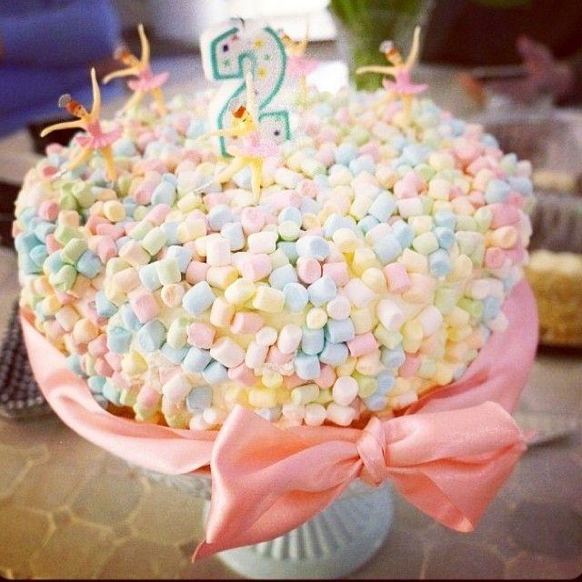Världens enklaste men godaste tårta som helt klart alla barn uppskattar! Marshmallow pastel ballerina birthday cake.