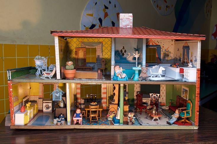 Casa de brinquedo dos anos 50. Cenário para o editorial de moda
