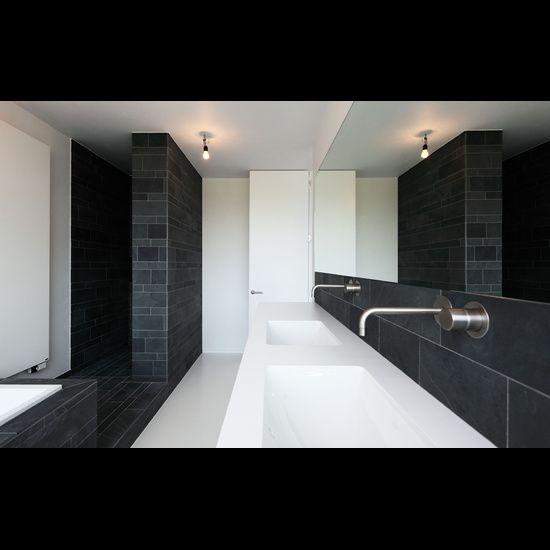 Tom Lierman architect - douche leisteen, hoge deuren, witte vloer