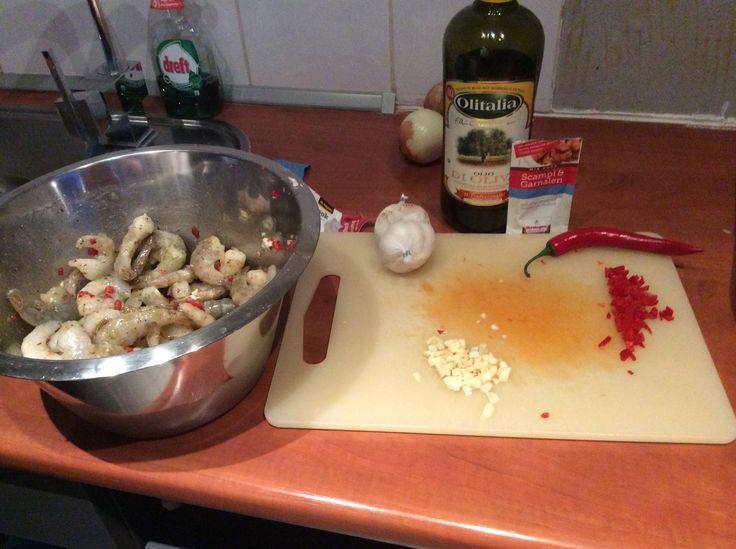 Scampi's garnalen olijf olie pepers knoflook en tegenwoordig  heeft verstegen ook garnalen kruiden lekker makkelijk er door heen ...en zo klaar maar wel extra peper knoflook en citroen ...eet smakelijk