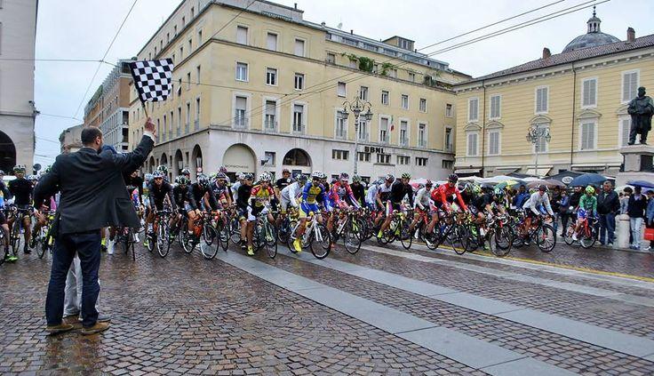 23 Maggio: La bandiera a scacchi dà il via ai 148 km della 21^ Parma - La Spezia.