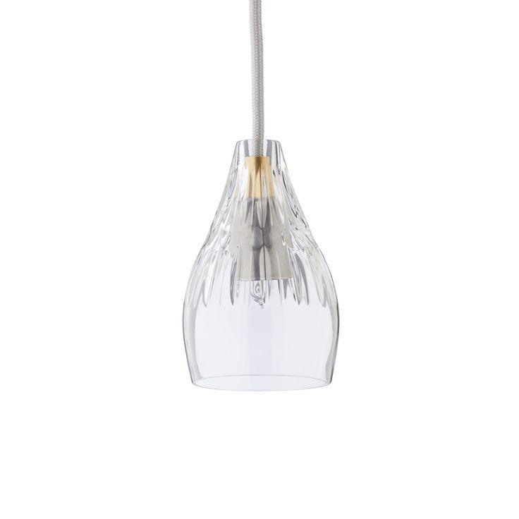 Lassen Sie mit unserer Pendelleuchte Samso das Licht sanft im Raum tanzen. Aus 100% Kristall gefertigt, spielt der geschwungene Lampenschirm mit dem Licht und verteilt es sanft im Raum. Ein silbernes extra langes Kabel rundet das sehr elegante Design dieser schönen Leuchte ab.
