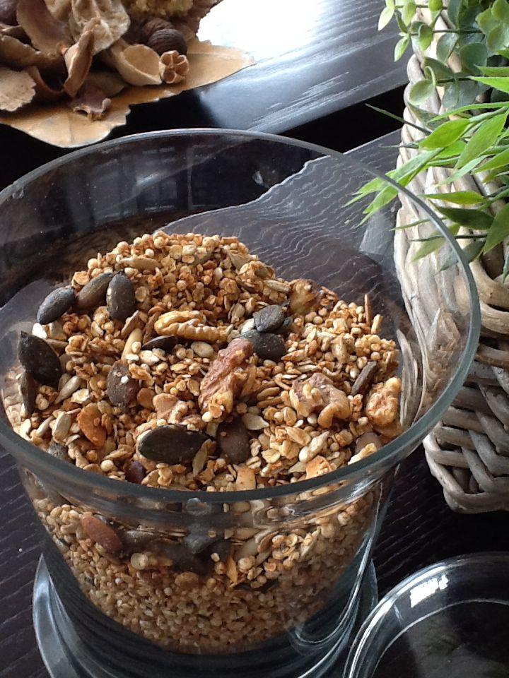 met agavesiroop. Neem 1/3 gepofte quinoa, 1/3 havervlokken en 1/3 notenmengeling. Ik gebruik walnoten,zonnebloempitten,pijnboompitten en pompoenpitten. In totaal +-450 g droge massa. Voeg daarbij een theelepeltje kaneel, wat druppels vanilleextract en 3 el agavesiroop. Roer alles onder elkaar en bak af in een voorverwarmde oven van 165 g +- 7 tot 9 minuten,naargelang je oven. Let de laatste 2 minuten goed op want dan gaat het snel. Moet goudbruin zijn maar niet te fel anders wordt het…