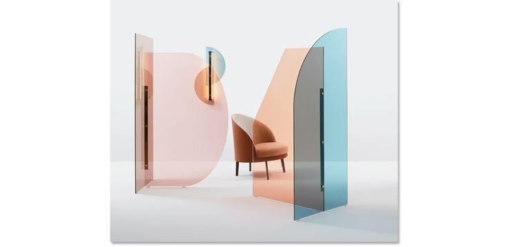 Due vetri colorati con forme diverse, ma complementari, creano un gioco di trasparenze.