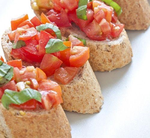 Crostini de Tomate, Aceite, Albahaca y Ajo