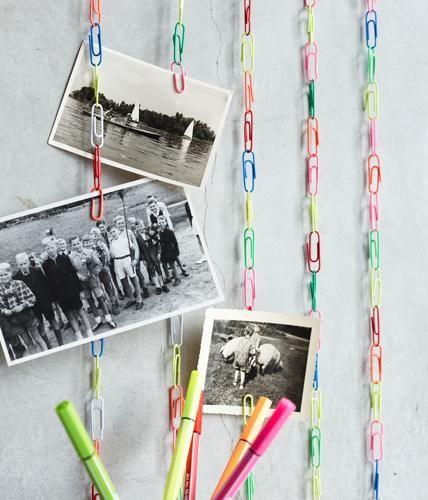 Die simplen Ideen sind oft die besten: Bunte Büroklammern zu langen Ketten verhaken, aufhängen und Fotos anklemmen - fertig!