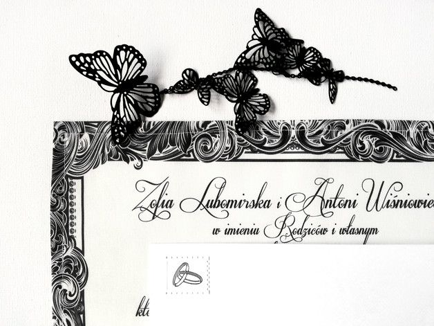 **Pierwsze w Polsce zaproszenia ślubne na bawełnianych chusteczkach!**  Zaproszenie **W Ramce** to klasyka gatunku. Piękny ozdobny krój pisma, czarno – biała kolorystyka i bogate zdobienia wokół...