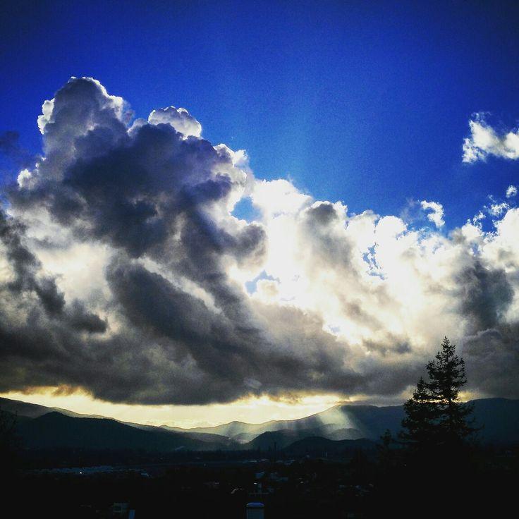 """""""Y en surcos de luz dorada se pone el sol..."""" #falú #puestadesol #sunset  #azul #blue #nubes #clouds  #cielo #sky #ladehesa #lobarnechea By @guillezerda"""