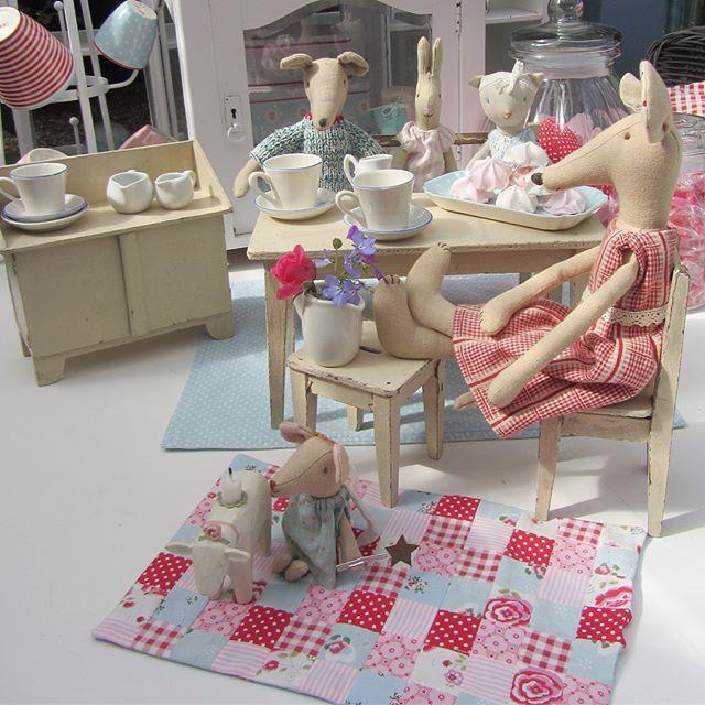 Uuund Da Sitzen Sie Nun Und Geniessen Ihren Kaffee Kuchen Baby Maus Spielt Auf Der Neuen Decke My Doll House Maileg Maileg Mouse