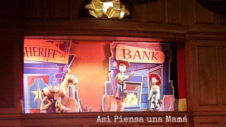 Entretenimiento a la hora de comer, en Happy Nugget. Disneyland Paris en invierno. Viajes con niños. Travelling with kids