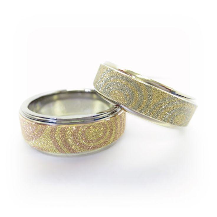 【結婚指輪 流水紋(りゅうすいもん)】 二度と同じ模様を創りだすことが出来ない流水紋。 ふたりのどちらの指輪か瞬間的に分かるぐらいになるまで末永く人生を歩んで欲しいという願いが込められています。 素材:K14、K14/Ti。