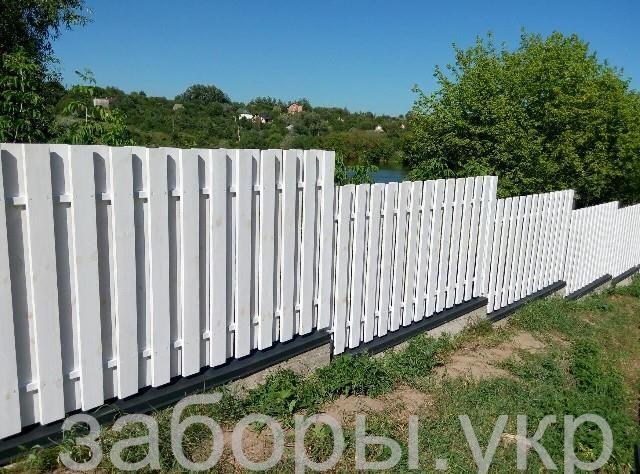 Белый забор из дерева в американском стиле фото