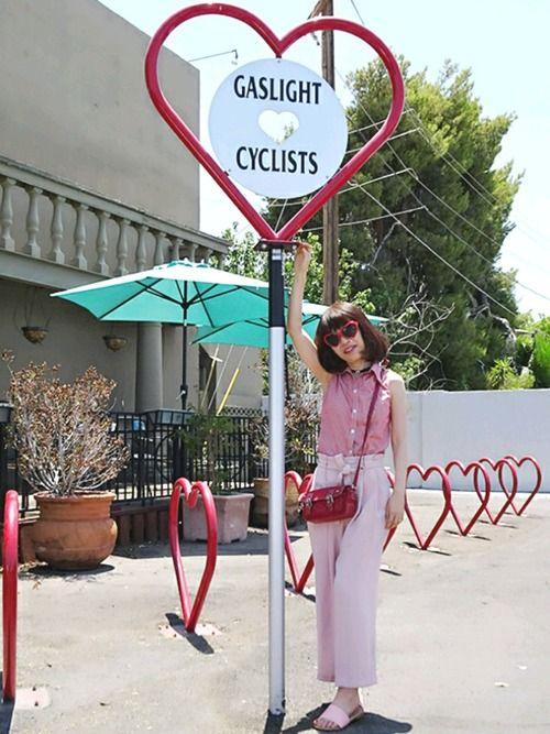 今日はCHIEKOさんのピンクコーデフェスに参加します💛  CHIEKOさん主催ありがとぉ☺よろしくお願いします🙇    今日もホントは壁アートの背景の予定だったんだけど  撮った後でこのハートがいっぱいなロケーションを見つけてしまった~  しかもたまたま赤のハートサングラスしてたし👓  テンション上がったよー✨    ピンクのパンツはZARAで一目ぼれしたやつ   トップスはわかりにくいけどギンガムチェックなの❤    --------------------------------------------------  今週めちゃ忙しかった~  でも7月4日が独立記念日の祝日で  3日に旦那さまがお休みとったから4連休~  やっとゆっくりできるかなぁ  あ、セールがあるからお買い物は行きたいな