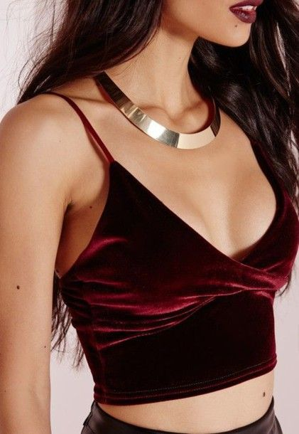 Wheretoget - Burgundy spaghetti strap velvet crop top with silver necklace