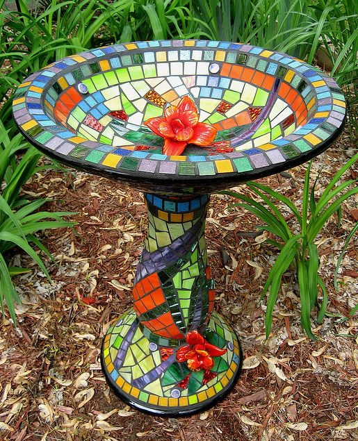 Mosaic birdbath- my kind of art! Im soo gonna do this