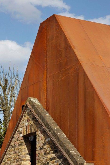 Le studio d'architecture Piercy & Company signe cette magnifique réalisation au sud-ouest de Londres, une maison de famille recouverte d'acier rouillé