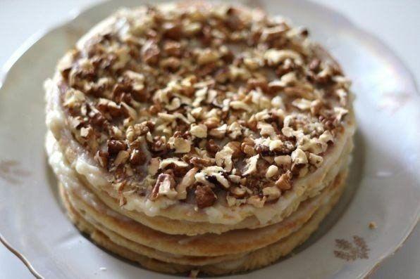 Торт на сковороде за полчаса!    Безумно вкусный тортик за полчаса. По вкусу чем-то похож на «Рыжик» и «Наполеон» вместе взятые. Этот рецепт я испробовала в разных интерпретациях и сочетаниях. Вот самый оптимальный вариант, очень рекомендую.    Ингредиенты:    Тесто:  Сливочное масло – 70 гр. (1/3 пачки),  Мёд – 1 ст. ложка,  Сода – 0,5 ч. ложки,  Сахар – 1/3 стакана,  Яйцо – 1 шт.,  Сметана / Молоко – 1 ст. ложка,  Мука – 1,5 стакана,  Орехи, шоколад, печенье – по вкусу и желанию…