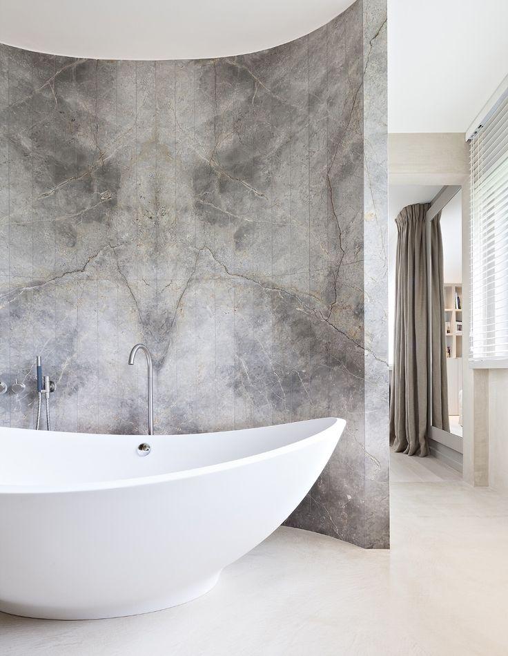 Traum Bad! Super schön mit der klassischen freistehenden Badewann und der doch rustikalen Marmorwand.