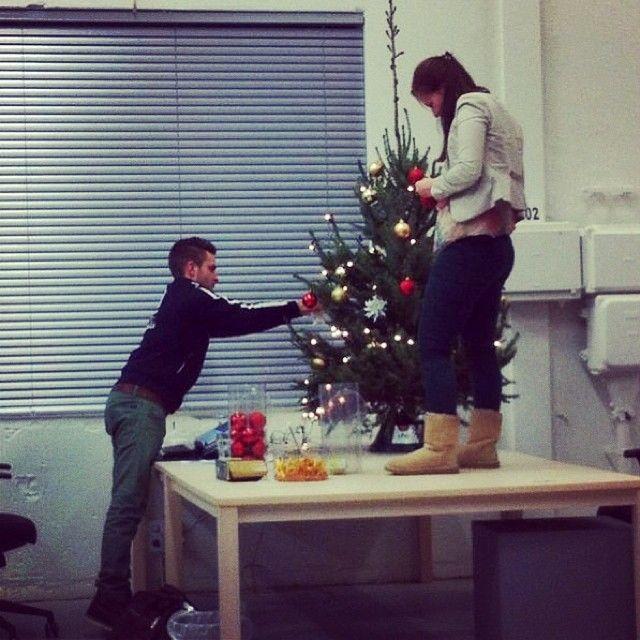 Onze kerstboom. De stagiaires zijn aan het pieken!