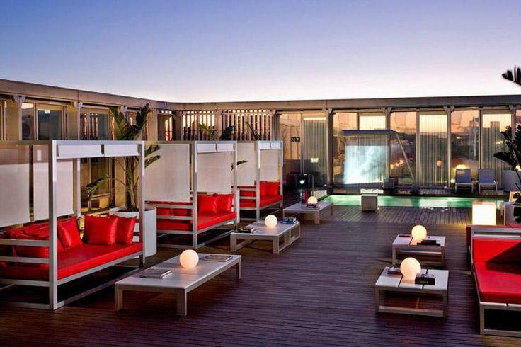 Pour boire un verre en terrasse comme pour faire la fête, Yonder a réuni en exclusivité les 20 plus beaux rooftops d'hôtels à Barcelone.