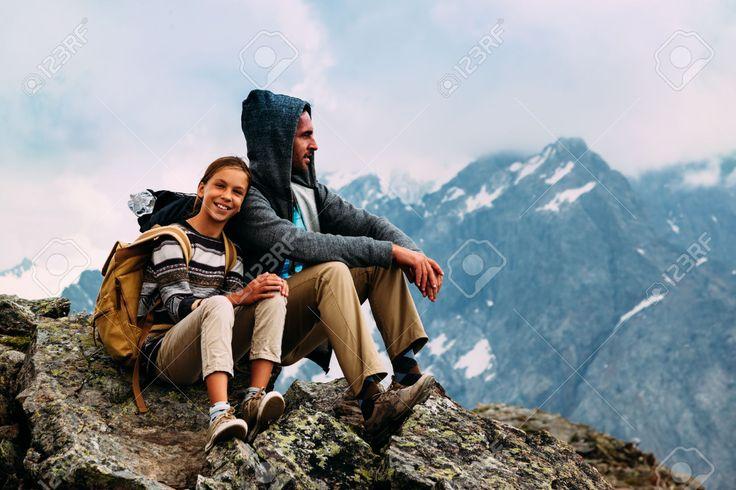 Apa Gyermekkel ül A Hegy Tetején, Téli Túra Hátizsákok, Alpesi Kilátás Royalty Free Stock-fotók, Képek és Stock-fotózás. Image 61253774.