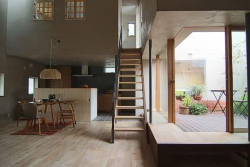 House in Higashinada: MimasisDesign [ミメイシスデザイン]が手掛けたリビングです。