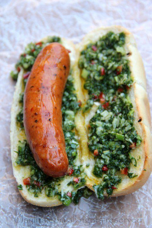 Choripan (Argentina)- Chorizo está hecho de cerdo o carne de res. Está servido sobre un panecillo y con una salsa de chimichurri. | https://lomejordelaweb.es/