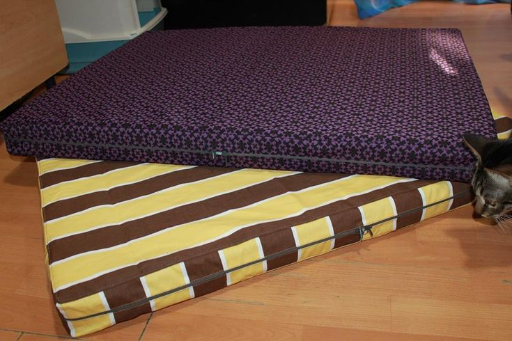 Handmade mattresses for medium size dogs,manually sewn and finished, made from resistant materials, size 86/66 cm, thickness 6 cm (sponge base).Unique design! The covers are washable at 30 ° C.