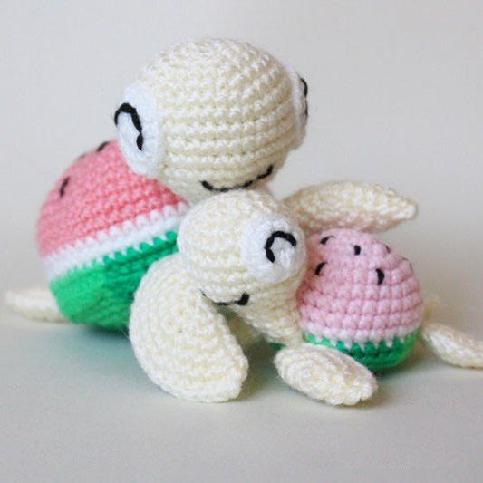 These sweet mother and baby watermelon turtles will definitely make you smile! Free amigurumi patterns with step-by-step instructions.