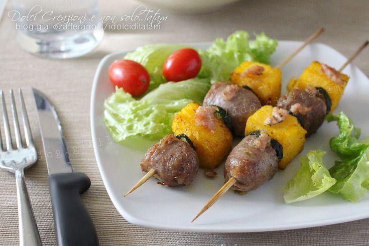 Gli Spiedini di polenta e salsiccia sono degli stuzzichini facili e gustosi, ideali come secondo piatto, o come antipasto o per un buffet o una grigliata