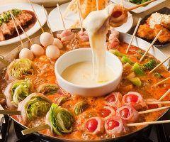 この冬流行りそう新しい鍋のカタチ串鍋  やきとり屋さんならではの鍋ということで考えられたメニューで その名の通りレタスやトマトなどの巻物が串にささったままお鍋に豪快に入っています  食材に火が通ったら中央のチーズカップにからませてチーズフォンデュみたいに食べるんです   鍋のよさもありバーベキューのようでもあり 忘年会や新年会で友達とワイワイ食べると楽しそう 関東関西に店舗のあるやきとり家すみれさんで食べれますよ   やきとり家すみれ http://y-smile.co.jp/