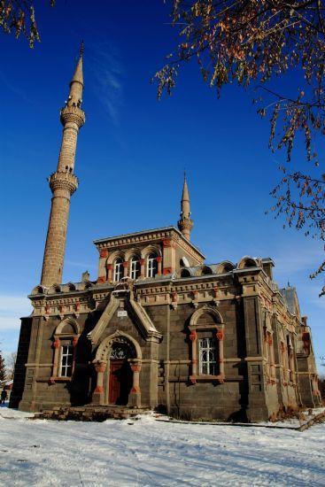 Fethiye Camii/Kars/// Kars il merkezinde bulunan Fethiye Camisi XIX.yüzyılın başlarında Rusya'nın Kars'ı işgali sırasında kilise olarak yapılmıştır. Kilisenin 15-10 m. güneyine de bir Rus anıtı dikilmiştir. Kars'ın kurtuluşundan sonra camiye çevrilmiştir.