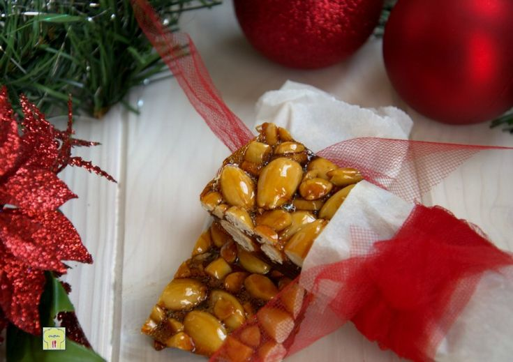 Il croccante alle mandorle è un dolce tipico del periodo natalizio, facile e veloce da preparare, perfetto anche come idea regalo.