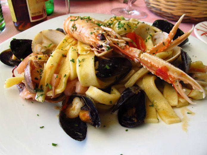 Ce plat de pâtes est connu en Italie sous le nom de pasta allo scoglio, c'est-à-dire « au rocher », et ce parce qu'il est à base de mollusques et de crustacés. Les pâtes aux fruits de mer figurent sur toutes les cartes des restaurants de poisson de la Campanie, chaque cuisinier proposant sa …