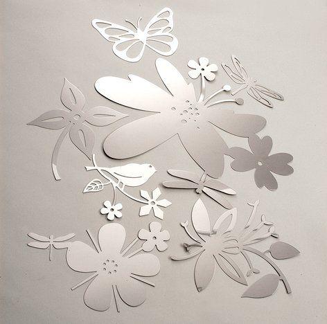 PUDDLES.  Fiori, farfalle, libellule, uccellini disegnati dallo Studio Tord Boontje per Artecnica.  Queste delicate creazioni, realizzate con sottili fogli adesivi in acciaio lucido, possono essere utilizzate insieme per decorare pareti, soffitti e mobili o semplicemente come singoli specchi: un modo veloce per trasformare un ambiente in un giardino incantato!