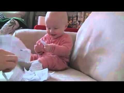 Bebe se rie cuando le rompen el papel 1