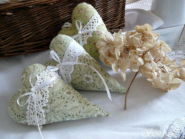 Dekorační srdíčko ~ jemně zelené s madeirou ....s láskou vyráběné, s láskou dotýkané Dekorační srdíčko je ušité z bavlněné dovozové látky a naplněné dutým vláknem s trochou sušené levandule. Srdíčko zdobí bílá madeira a stužka s korálkem. Moc hezká dekorace nebo jako milý originální dárek či jehelníček. V podobném designu zde u mne najdete ...