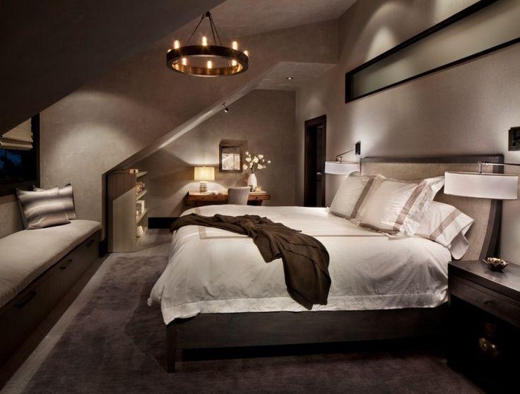 chambre mansardée avec un grand lit et suspension de design original