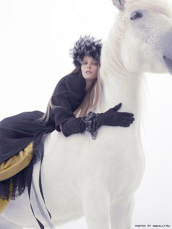 Зима, девушка и белая лошадь