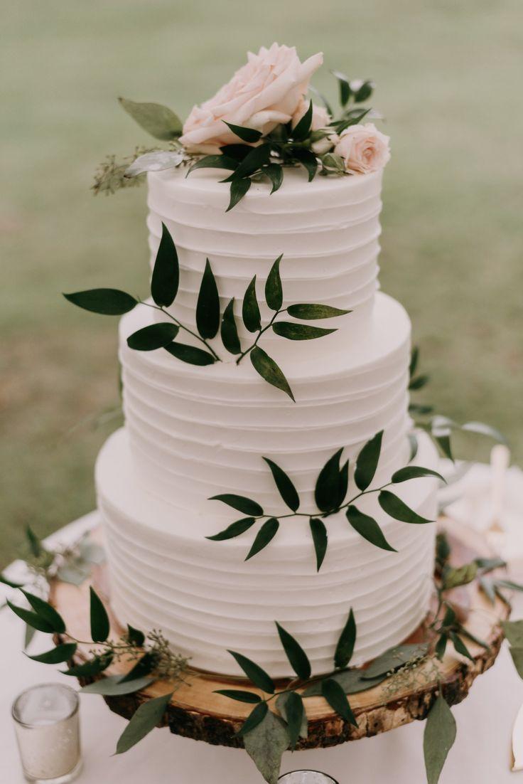Weiße Hochzeitstorte mit viel Grün #Hochzeit #Hochzeitsschuhe #Hochzei …   – Kuchen