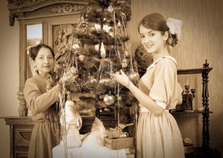 Vintage Foto Van Dochter Met Moeder Decoreren Kerstboom Thuis Royalty-Vrije Foto, Plaatjes, Beelden En Stock Fotografie. Image 7873620.