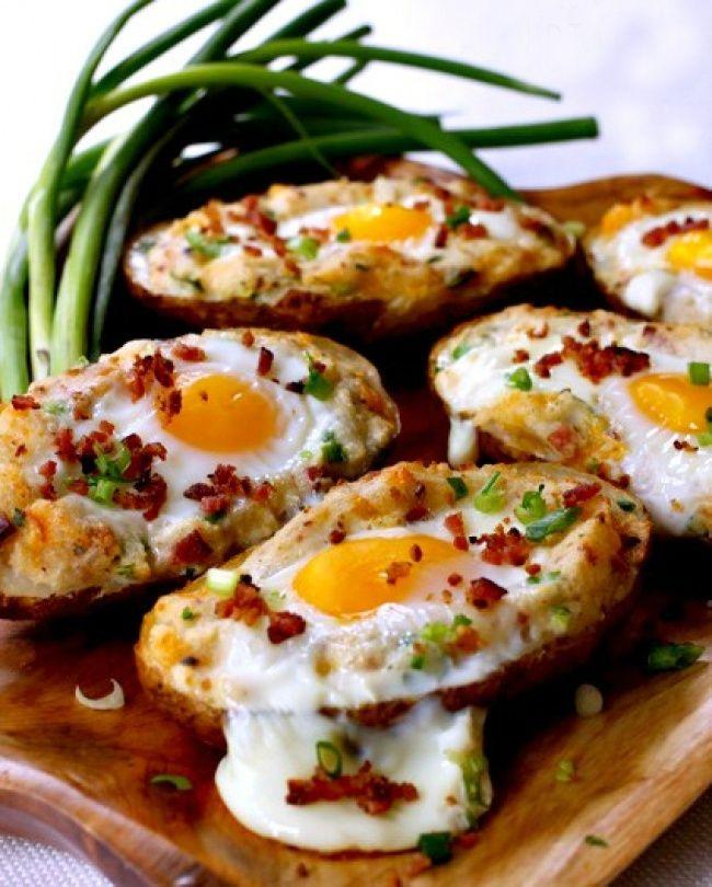 Vejce v pečených bramborách jsou rychlou chuťovkou anebo lehkou večeří