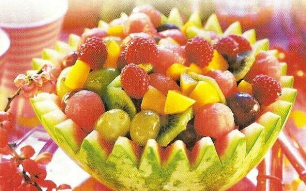 Grecka sałatka owocowa w arbuzie. Wspaniała przekąska zwłaszcza dla dzieci!
