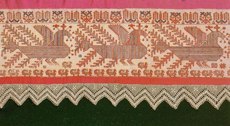 Подвес. Вторая половина XIX в. Фрагмент. Холст, шерстяная ткань, х.-б. и шерстяные нити.  Двусторонний шов, набор, вязание крючком. 53 X 15...